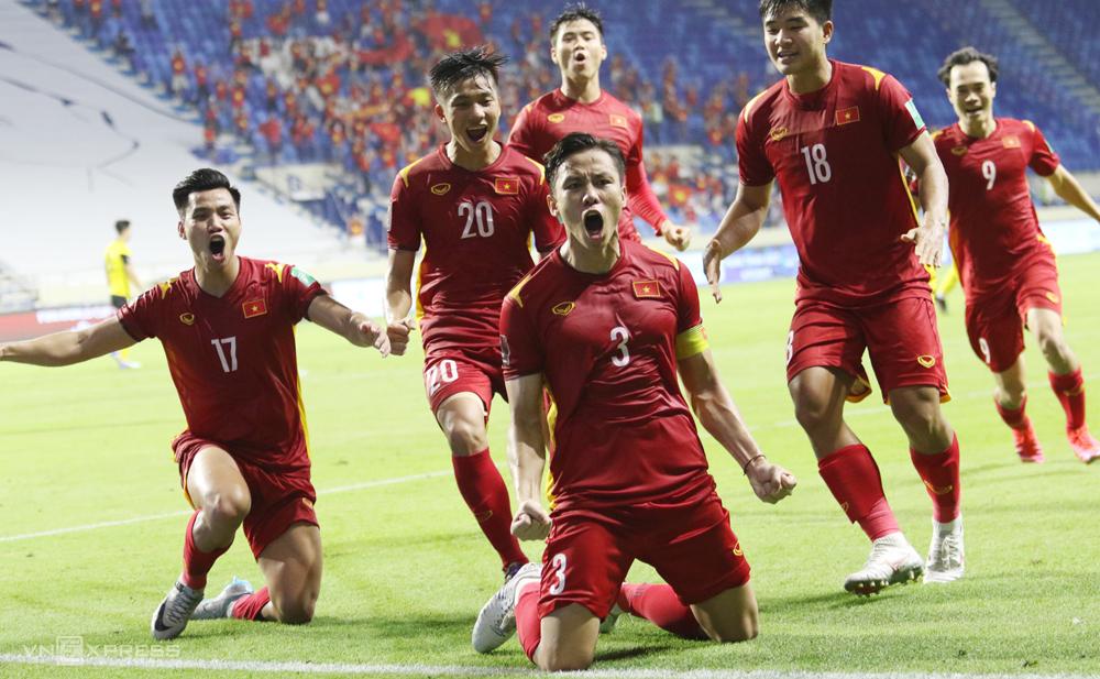 Que Ngoc Hai (หมายเลข 3) ฉลองการทำประตูเพื่อผนึกชัยชนะเหนือมาเลเซีย 2-1 ในสหรัฐอาหรับเอมิเรตส์ในเดือนมิถุนายน ภาพ: Lam Thoa