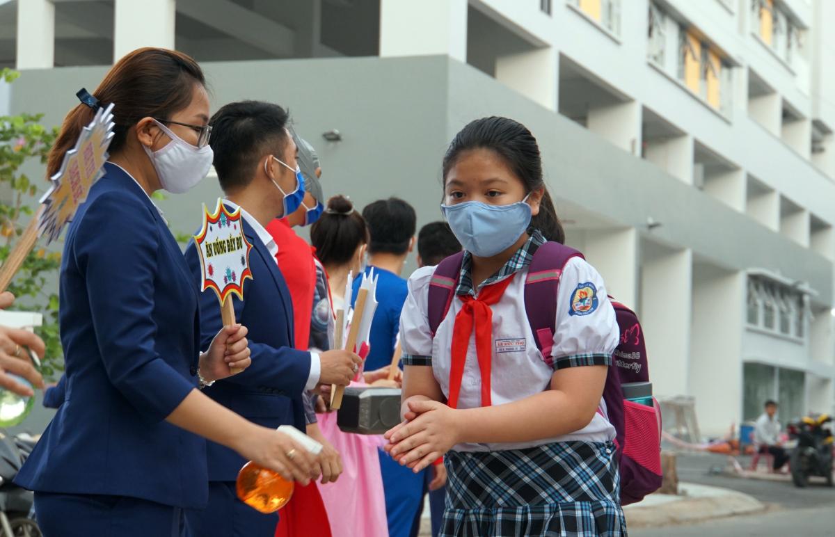 Học sinh trường Tiểu học Lê Đức Thọ, quận Gò Vấp trong buổi đến trường hồi tháng 5/2020. Ảnh: Mạnh Tùng