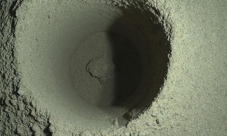 Hố khoan do Perseverance tạo ra trên bề mặt sao Hỏa. Ảnh: JPL.