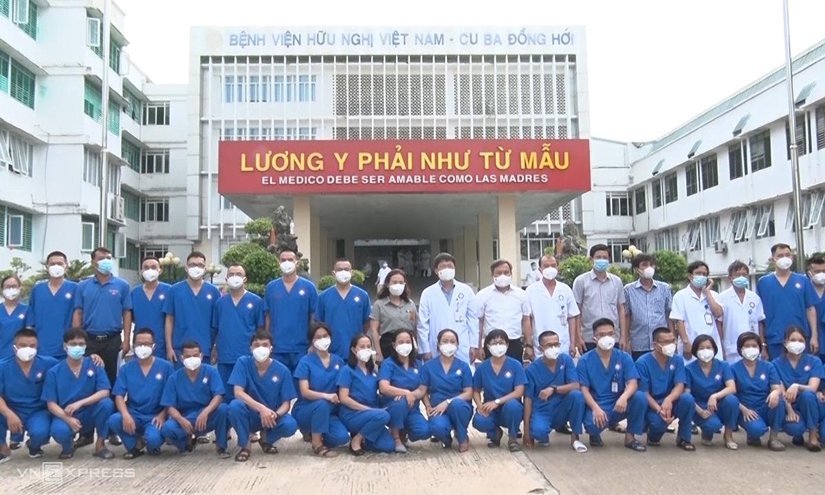 Đoàn y bác sĩ bệnh viện hữu nghị Việt Nam Cuba Đồng Hới trước khi lên đường. Ảnh: Quang Hà