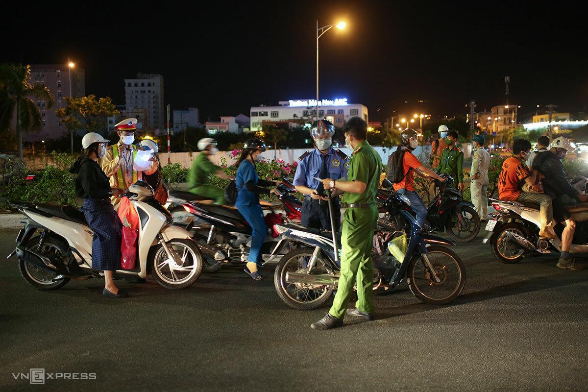 Người dân ra đường ở Đà Nẵng từ ngày 31/7 phải có giấy xác nhận mục đích thiết yếu. Ảnh: Nguyễn Đông.