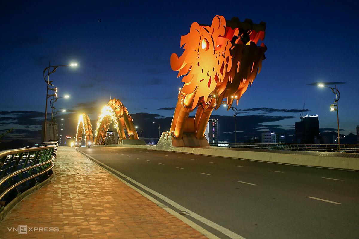 Đường phố Đà Nẵng vắng vẻ trong những ngày cách ly xã hội. Ảnh: Nguyễn Đông.
