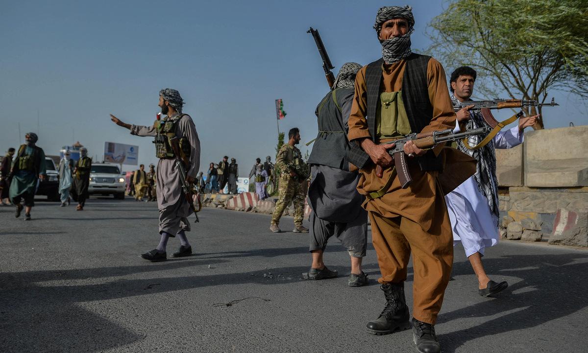 Binh sĩ chính phủ Afghanistan và dân quân tại một chốt gác ở tỉnh Herat hôm 30/7. Ảnh: AFP.