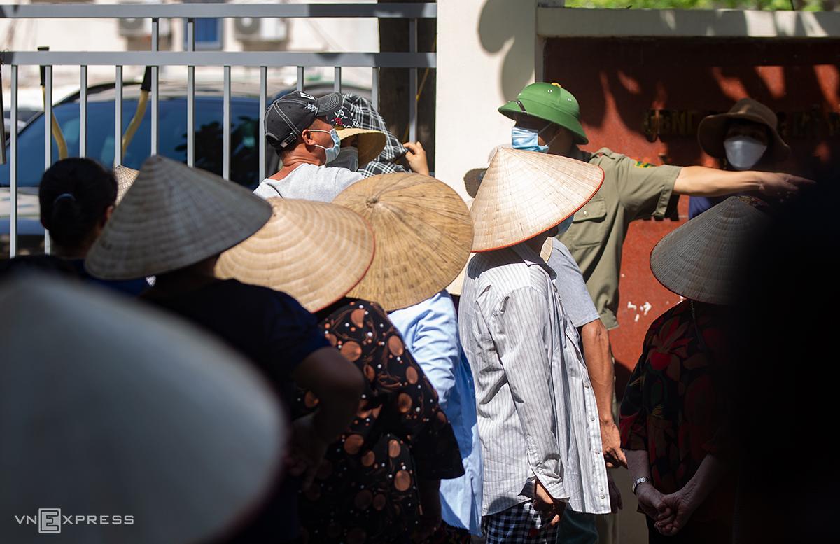 Người lao động xếp hàng chờ nhận quà hỗ trợ của nhóm từ thiện ở đường Mỹ Đình, quận Nam Từ Liêm hôm 7/8. Ảnh: Tùng Đinh