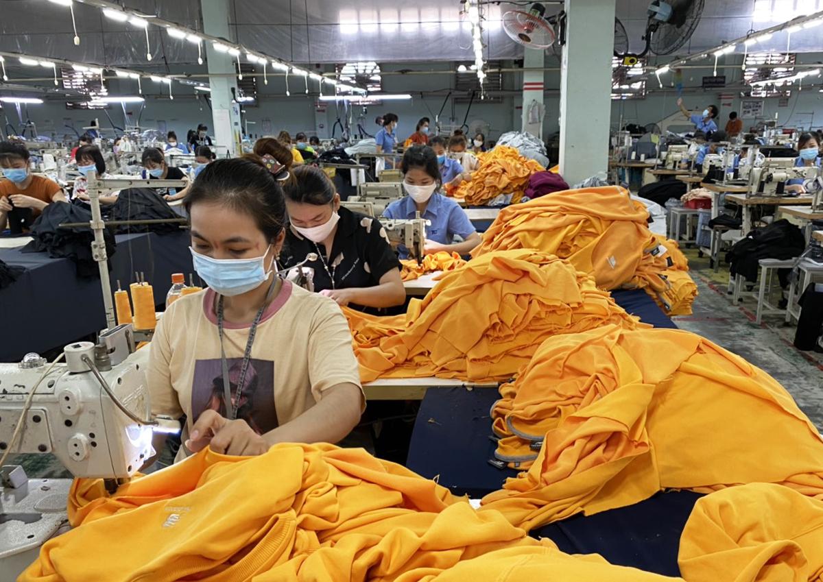 Công nhân nhà máy dệt may Thành Công sản xuất khi thực hiện phương án 3 tại chỗ - Ảnh: An Phương.