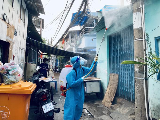 Nguyên phun khử khuẩn ở hẻm 27 Điện Biên Phủ, quận Bình Thạnh, TP HCM, chiều 7/8. Ảnh: NVCC.