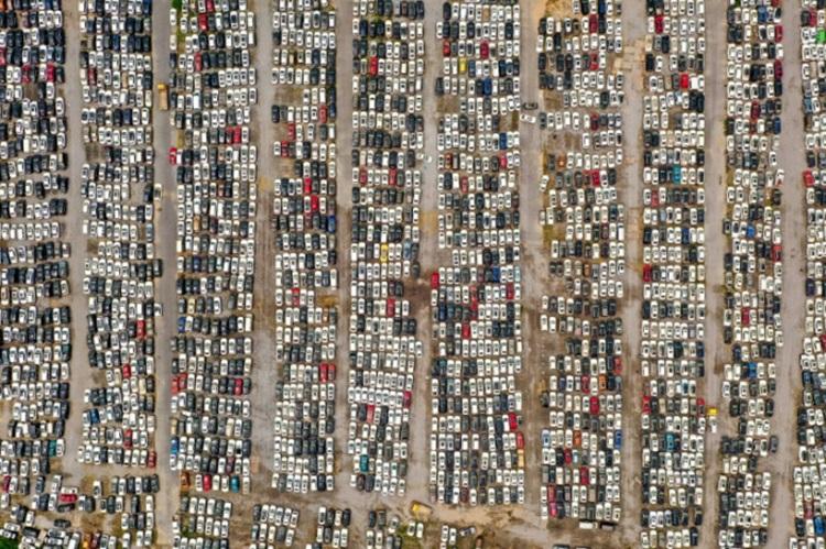 Nghĩa địa xe hơi ở Trịnh Châu nhìn từ trên cao hôm 10/8. Ảnh: AFP.