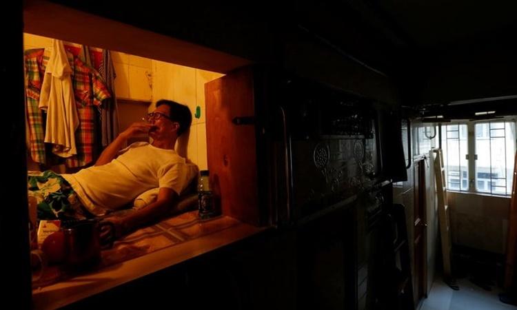 Bên trong một căn hộ quan tài siêu nhỏ ở Hong Kong. Ảnh: Reuters.