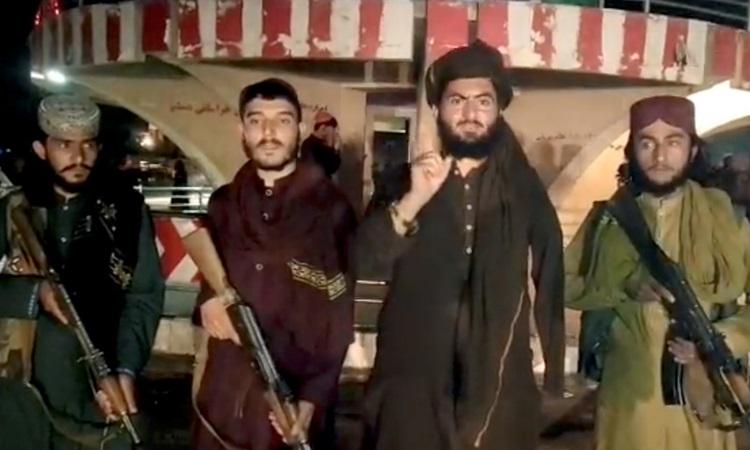 Các tay súng Taliban trong video đăng trên mạng xã hội sau khi chiếm được Pul-e- Khumri, thủ phủ tỉnh Baghlan, Afghanistan hôm 10/8. Ảnh: Reuters.