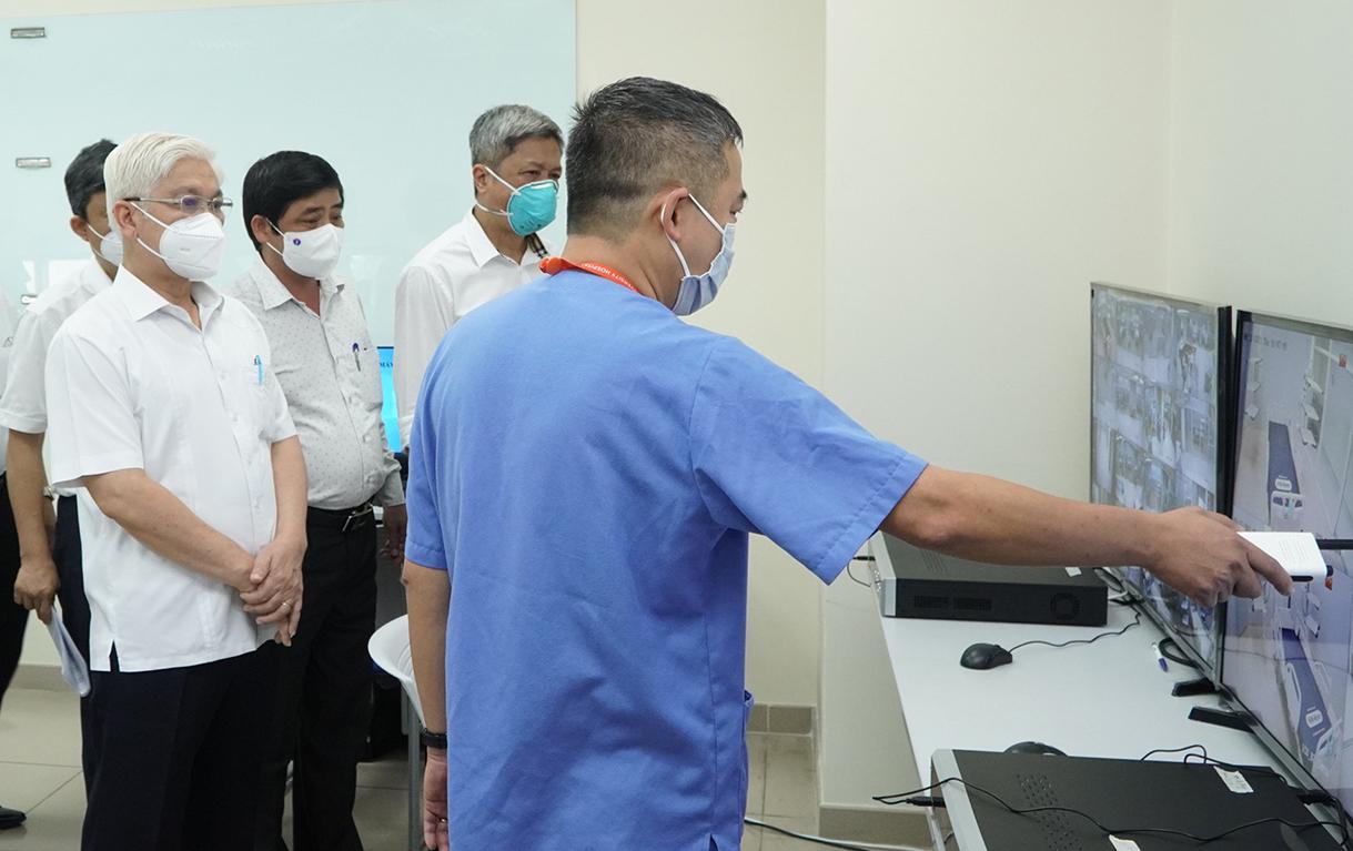Đoàn công tác Bộ Y tế thị sát phòng theo dõi bệnh qua hệ thống camera chiều 12/8. Ảnh: Thái Hà