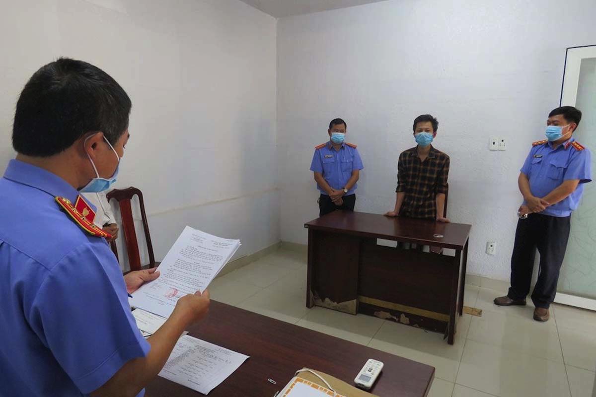 Cơ quan điều tra VKSND tối cao thi hành Lệnh bắt tạm giam đối với Trương Thành Thắng, hôm 12/8. Ảnh: Viện kiếm sát