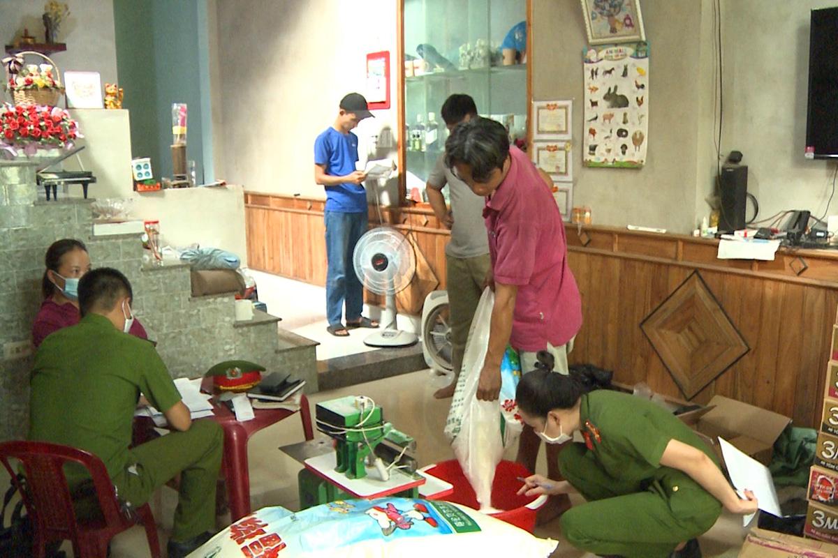 Công an kiểm tra khu vực chứa bột ngọt của vợ chồng Linh. Ảnh Công an cung cấp.