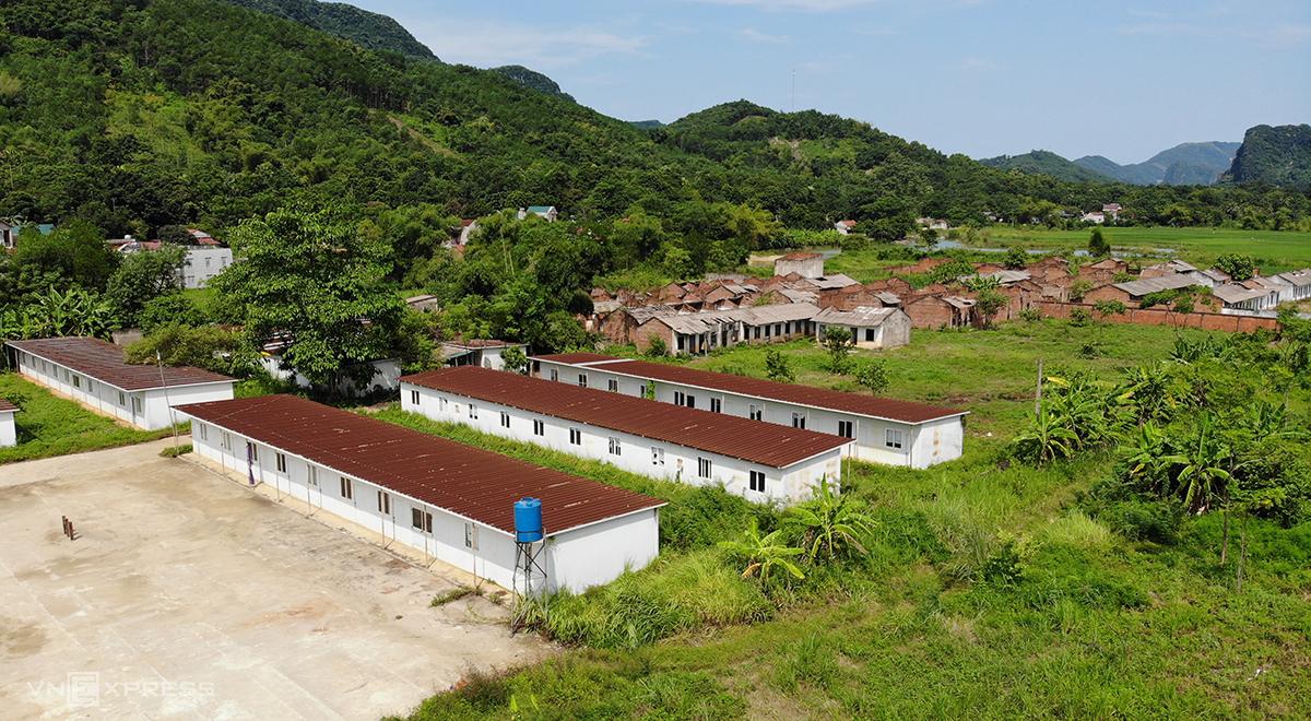 Dự án xi măng Thanh Sơn đã đầu tư một số hạng mục như nhà điều hành, nhà ở công nhân, tường rào... song bỏ hoang hơn 10 năm nay. Ảnh: Lê Hoàng.