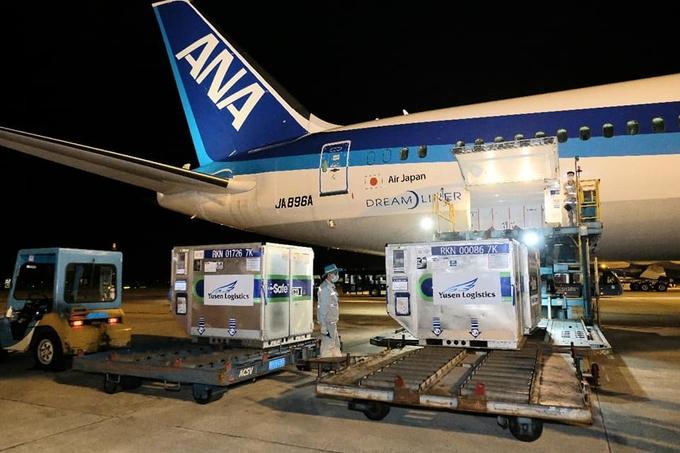 Lô vaccine Nhật Bản tặng Việt Nam về sân bay Nội Bài tối 16/6. Ảnh: Trần Minh