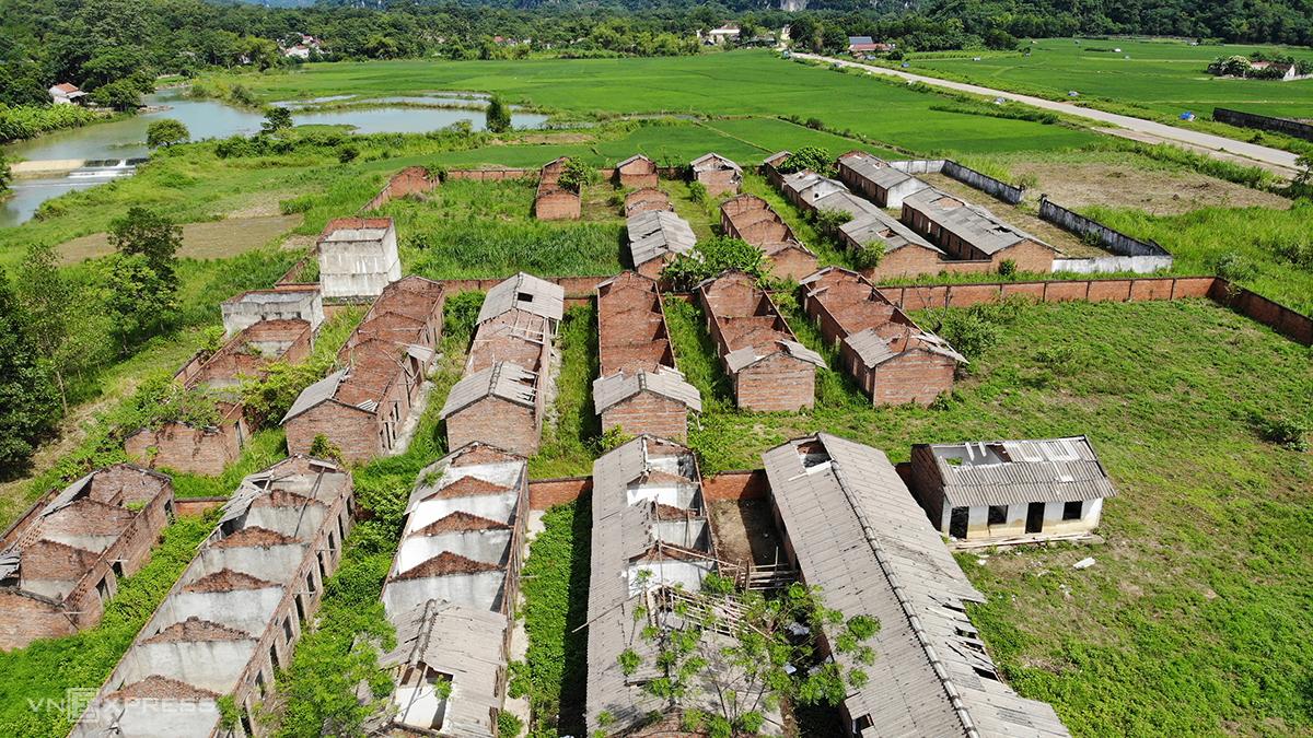 Hầu hết các căn nhà tập dùng làm nơi ở cho công nhân đã đổ sập, tốc mái... Ảnh: Lê Hoàng.