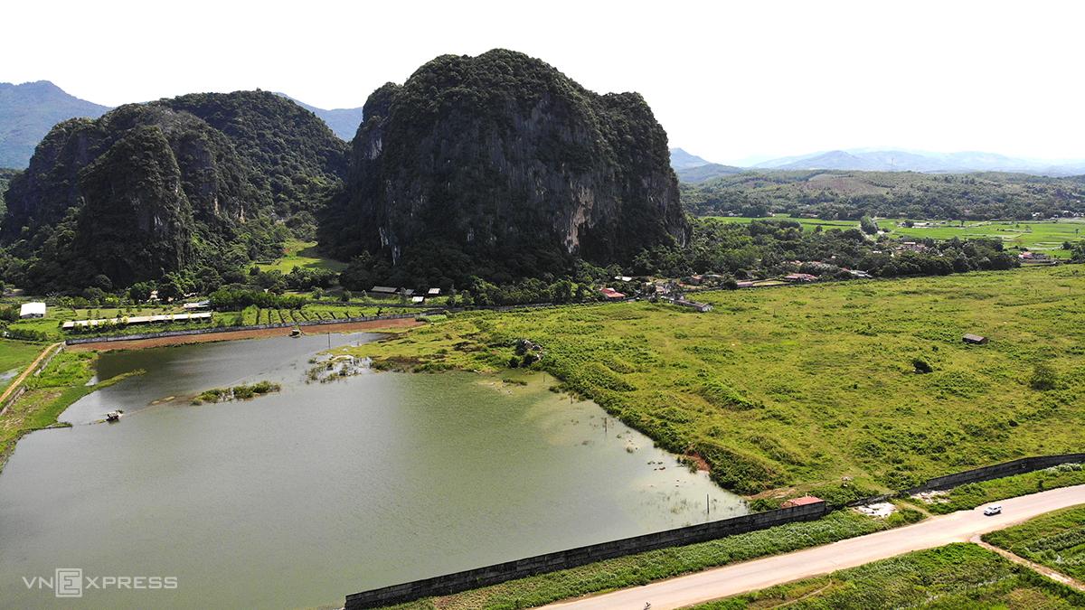 Vị trí nhà máy chính dự án xi măng Thanh Sơn biến thành ao nuôi cá, chăn thả trâu bò. Ảnh: Lê Hoàng.