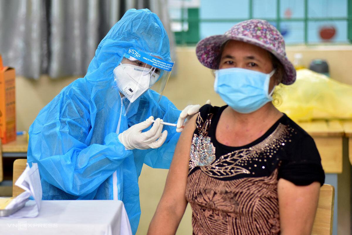 Người dân tiêm vaccine Sinopharm tại một điểm tiêm thuộc huyện Bình Chánh, TP HCM, ngày 13/8. Ảnh: Quỳnh Trần