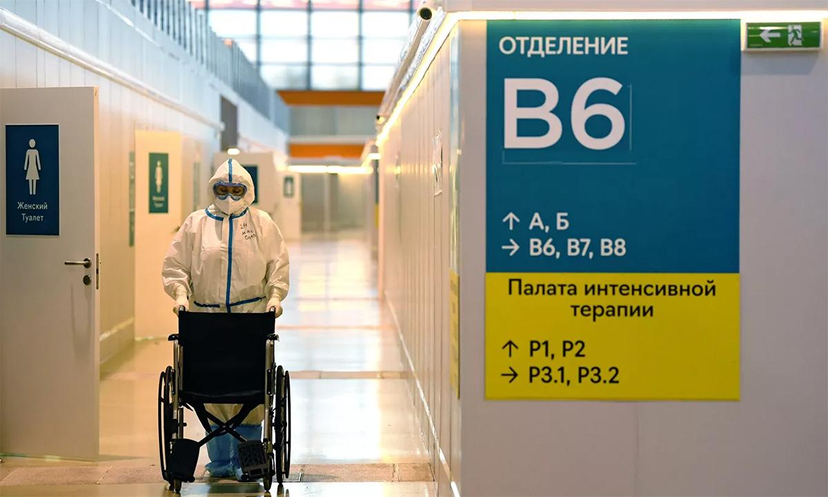 Một nhân viên y tế đẩy xe lăn tại bệnh viện dã chiến ở thủ đô Moskva, Nga ngày 17/6. Ảnh: RIA Novosti.
