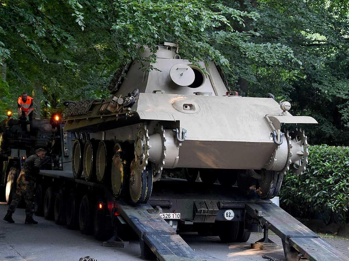 20 binh sĩ đã phải mất tới 9 giờ để chuyển hết số khí tài từ thời Thế chiến II, gồm cả xe tăng chiến đấu Panther 45 tấn, khỏi tầng hầm, ngày 2/7/2015. Ảnh:  DPA