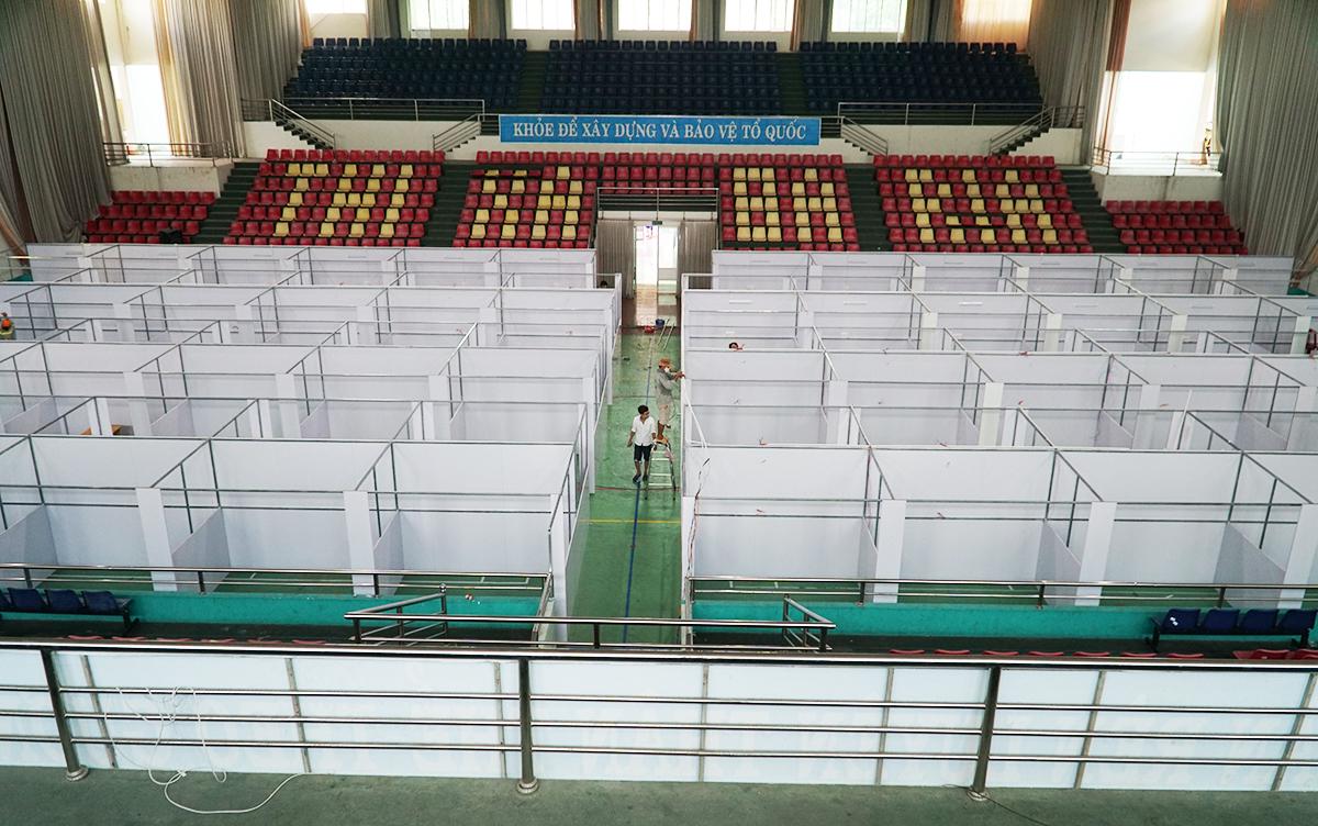 Bệnh viện dã chiến 160 giường đang được thiết lập tại Nhà thi đấu thành phố Bà Rịa. Ảnh: Trường Hà