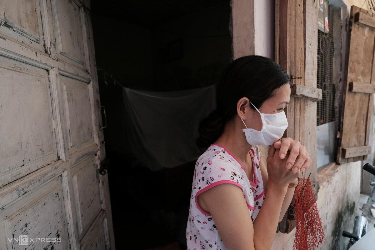 Một lao động tự do trước cửa phòng trọ trong những ngày Hà Nội áp dụng Chỉ thị 16, tháng 8/2021. Ảnh: Hồng Chiêu