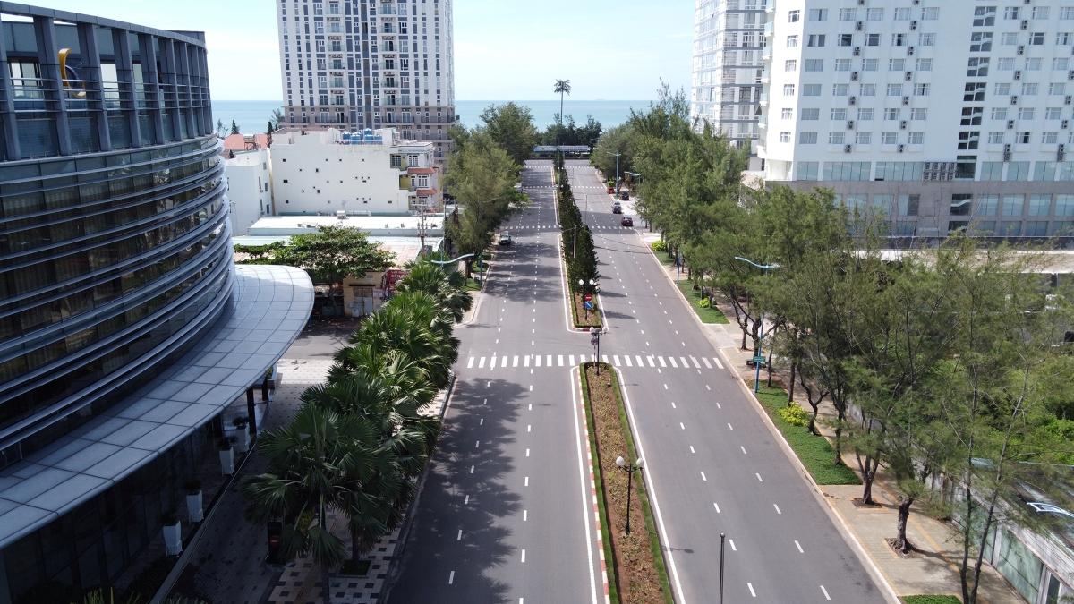 Đường dẫn ra biển Bãi Sau TP Vũng Tàu từng nhộn nhịp du khách trở nên vắng vẻ khi thành phố giãn cách theo Chỉ thị 16, tháng 7/2021. Ảnh: Nam Nguyễn