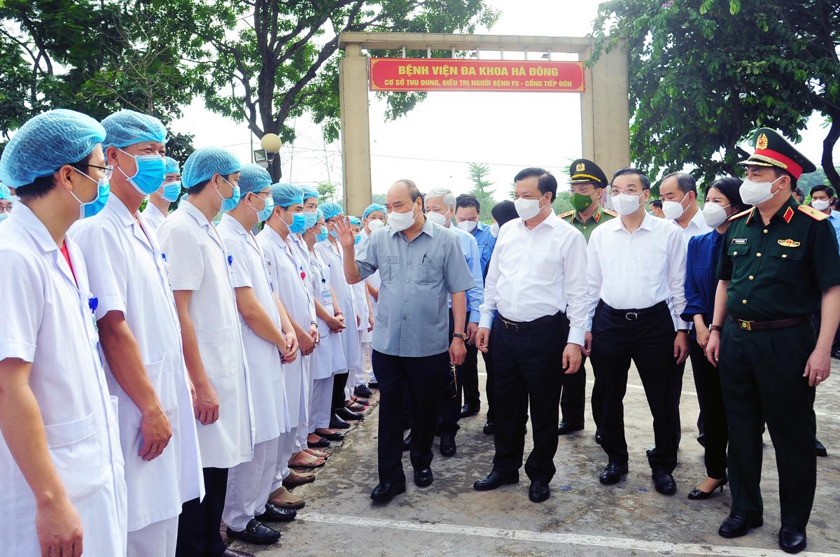 Chủ tịch nước Nguyễn Xuân Phúc thăm các y, bác sĩ, chiến sĩ quân đội đang làm việc tại cơ sở thu dung, điều trị bệnh nhân Covid-19 ở Khu nhà ở sinh viên Pháp Vân - Tứ Hiệp, quận Hoàng Mai. Ảnh: Viết Thành.