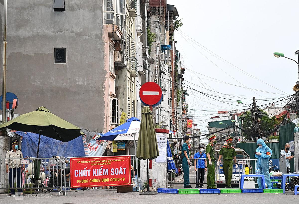 Lực lượng chức năng duy trì chốt ở đầu phố Chương Dương Độ, phường Chương Dương ngày 10/8. Ảnh: Giang Huy.