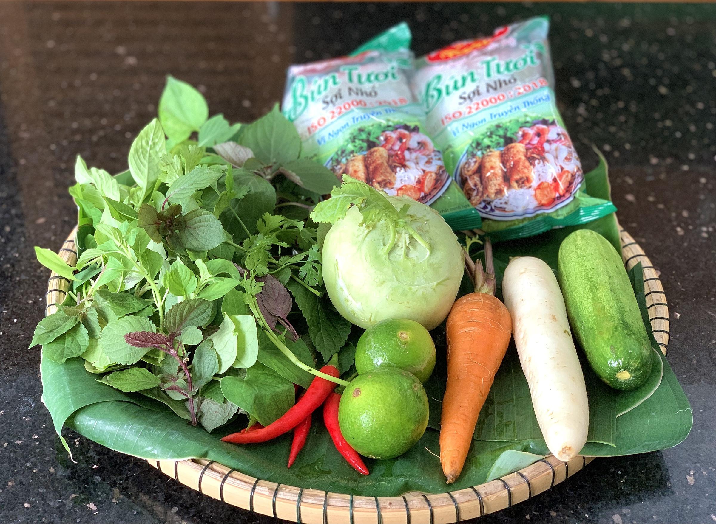 Các loại rau củ ăn kèm món bún chả.