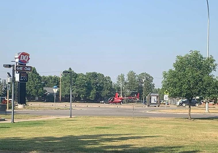 Cảnh sát cáo buộc chiếc trực thăng (màu đỏ) đã hạ cánh xuống một bãi đậu xe có mật độ giao thông rất cao ở thành phố Tisdale, tỉnh Saskatchewan. Ảnh: Saskatchewan RCMP