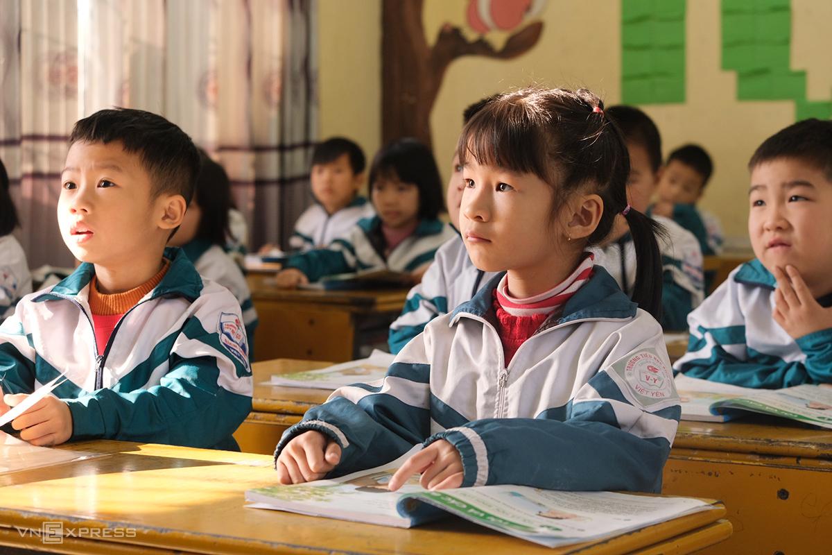 Học sinh lớp 1 tại Bắc Giang trong giờ học Tiếng Việt hôm 19/1. Ảnh: Dương Tâm