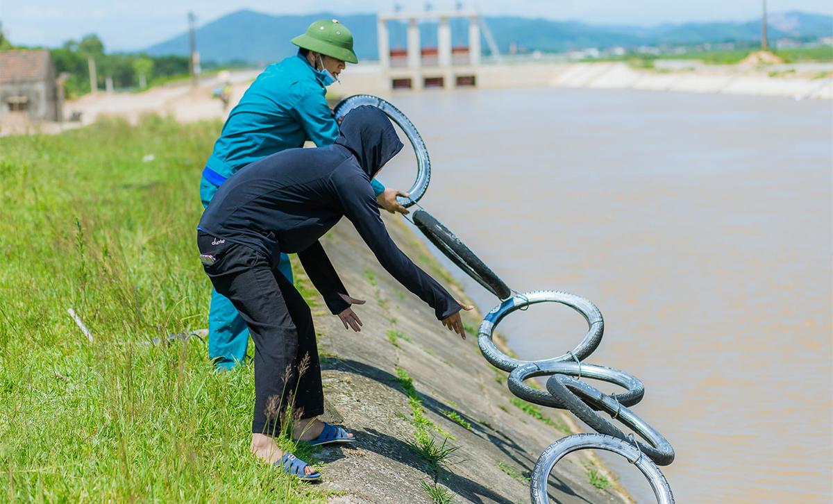 Đoàn thanh niên lắp các thang trên sông Đào. Ảnh: Quang Hào