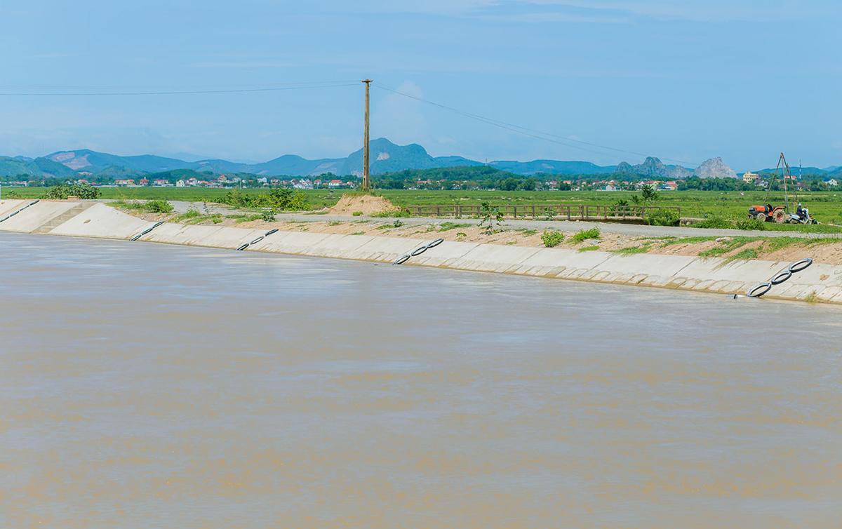 Một đoạn sông Đào đã được lắp các thang bên bờ. Ảnh: Quang Hào