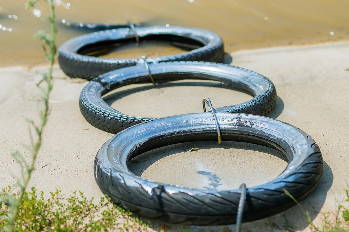 Một thang bằng lốp được lắp bên bờ sông Đào đoạn qua xã Lăng Thành. Ảnh: Quang Hào