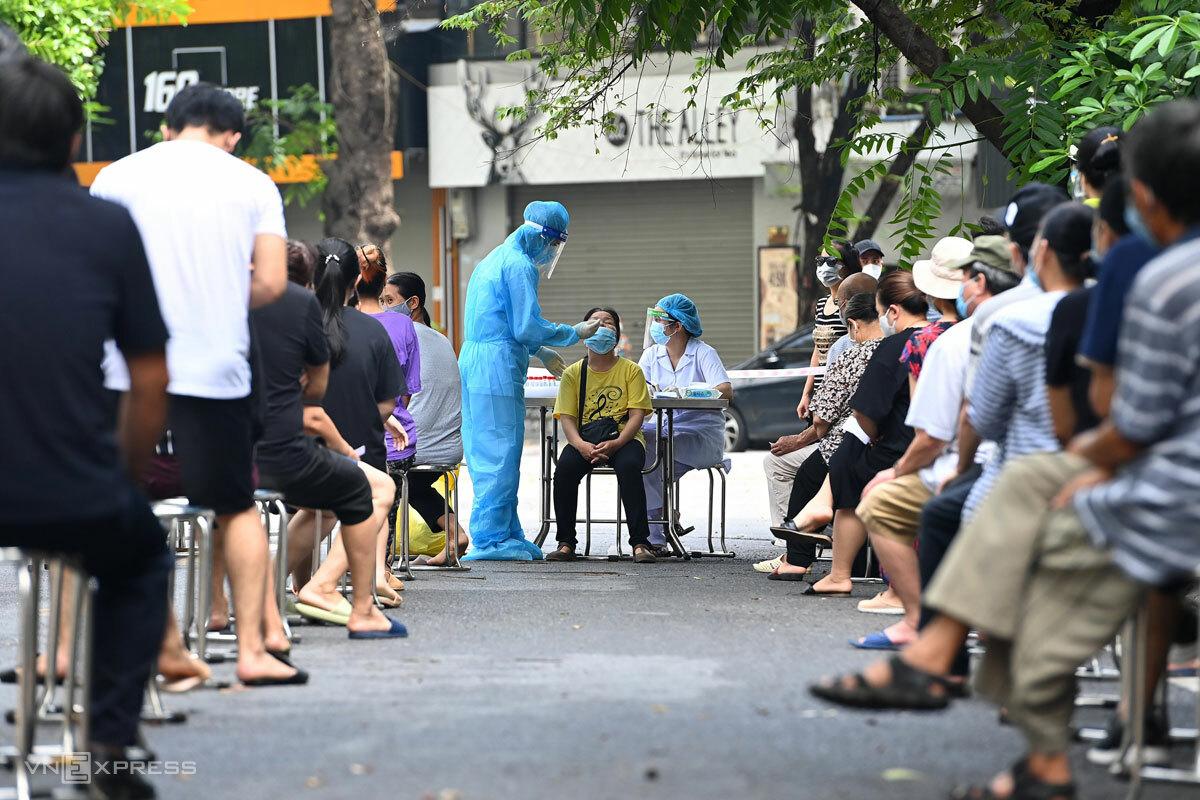 Lực lượng y tế xét nghiệm cho người dân phường Lê Đại Hành, Hà Nội, ngày 13/8. Ảnh: Giang Huy