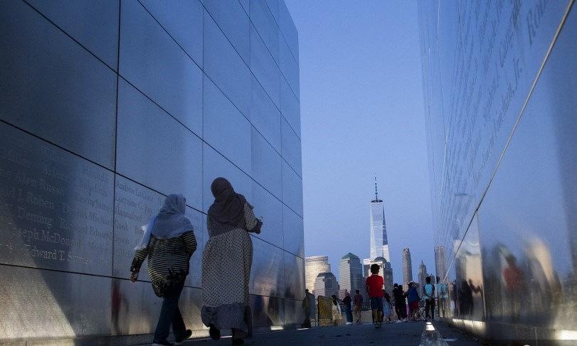 Người dân đến thăm đài tưởng niệm vụ khủng bố ngày 11/9 ở thành phố Jersey, Mỹ, hôm 30/7. Ảnh: AFP.