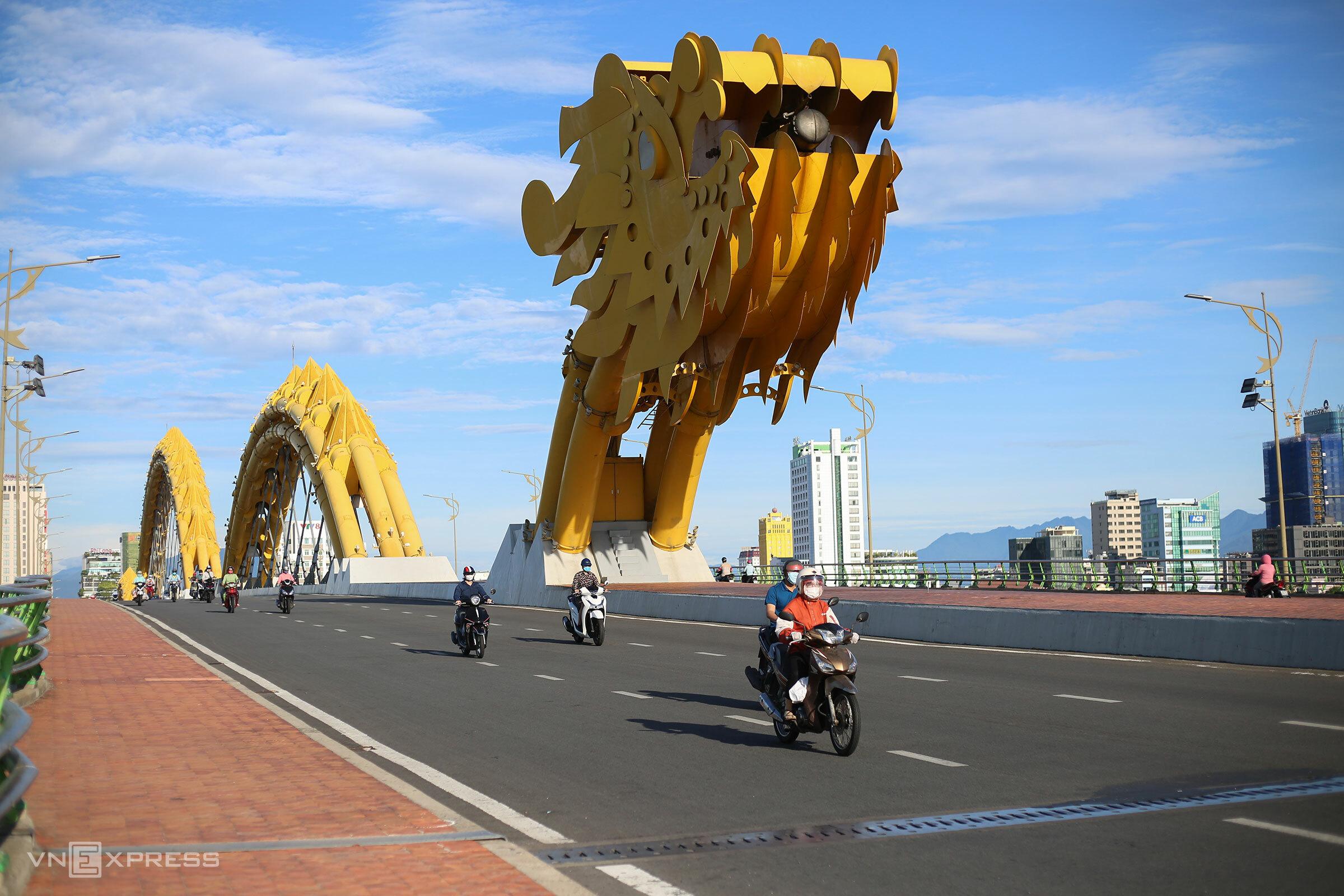 Người dân lưu thông qua cầu Rồng, lúc 7h sáng 14/8. Ảnh: Nguyễn Đông.