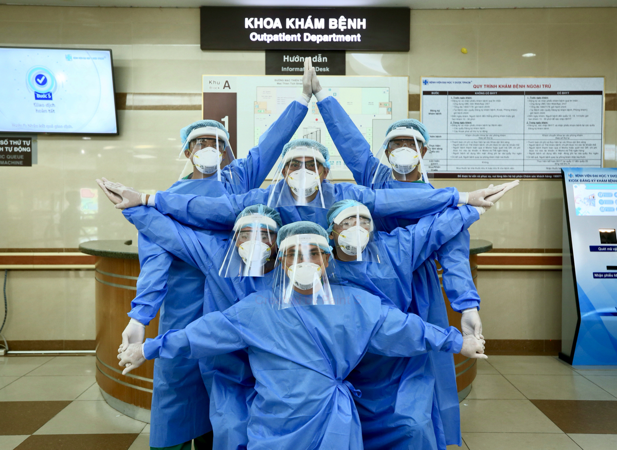 Các y bác sĩ bệnh viện Đại học Y dược TP HCM trong trang phục bảo hộ xếp thành hình ngôi sao 5 cánh, thể hiện tinh thần quyết tâm chiến thắng dịch Covid-19, tháng 3/2020. Ảnh: Bệnh viện cung cấp