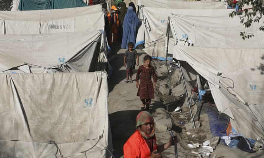 Người Afghanistan di tản từ các tỉnh phía bắc tới trú trong công viên ở Kabul hôm 13/8. Ảnh: AP