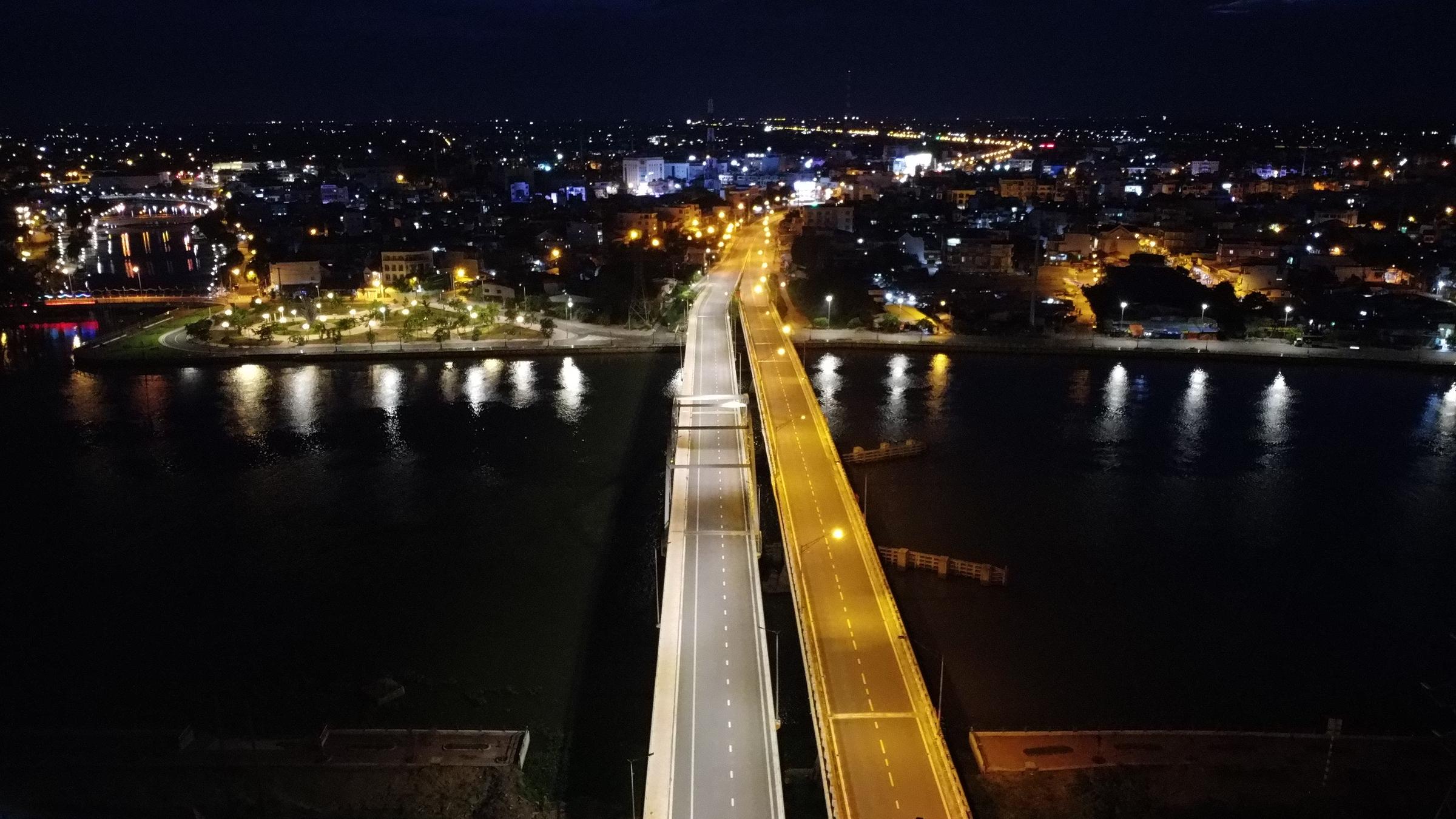 Cầu Tân An 1 và 2 trên quốc lộ 1, bắc qua sông Vàm Cỏ Tây dẫn vào trung tâm TP Tân An (Long An) vắng xe sau khi tỉnh yêu cầu người dân không ra đường, hôm 28/7. Ảnh: Hoàng Nam