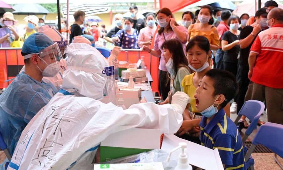 Nhân viên y tế lấy mẫu xét nghiệm nCoV tại thành phố Quảng Châu, tỉnh Quảng Đông, Trung Quốc, hôm 30/5. Ảnh: Reuters.