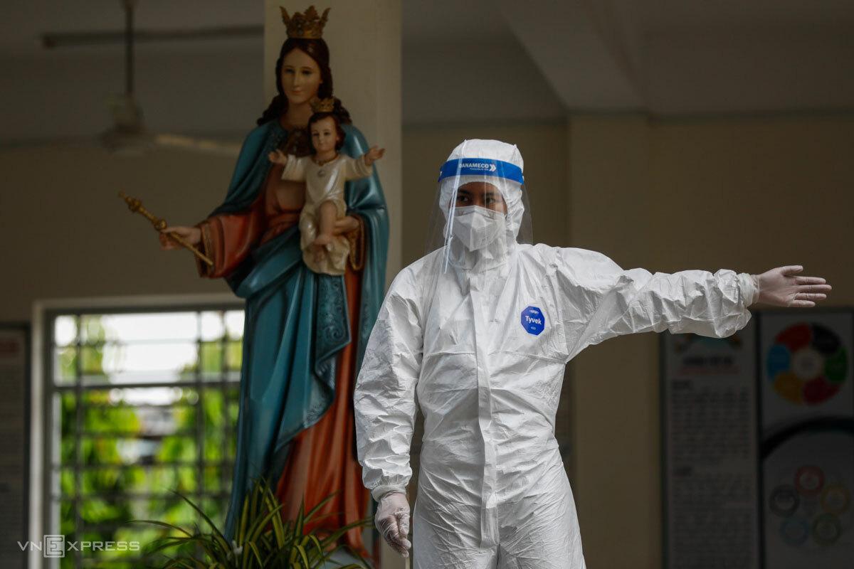 Sinh viên Đại học kỹ thuật Y tế Hải Dương hỗ trợ lấy mẫu xét nghiệm tại TP Thủ Đức, tháng 7/2021. Ảnh: Hữu Khoa