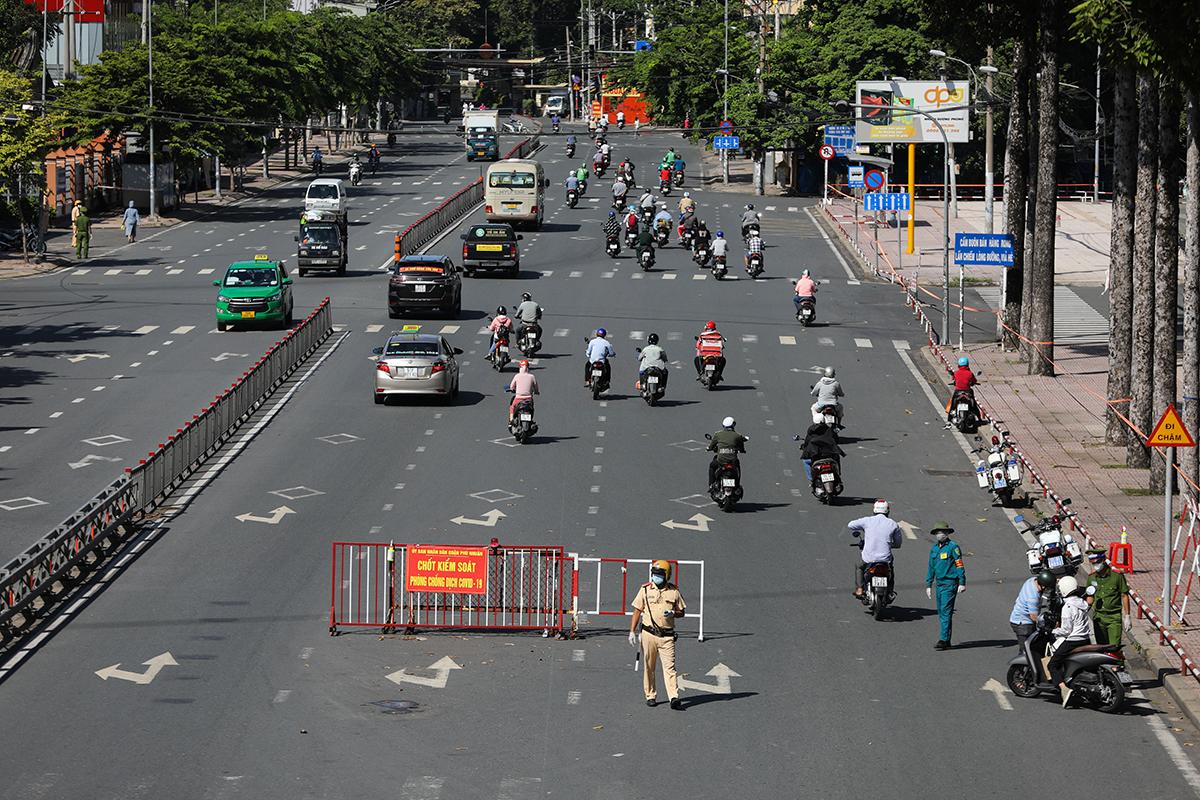Lực lượng công an làm nhiệm vụ ở chốt kiểm soát đường Hoàng Minh Giám, quận Phú Nhuận, ngày 12/8. Ảnh: Quỳnh Trần