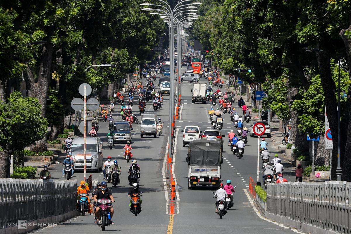 Lượng xe qua lại khá lớn trên đường 3 Tháng 2 ở TP HCM sáng 12/8 dù thành phố đang siết chặt giãn cách theo Chỉ thị 16. Ảnh: Quỳnh Trần