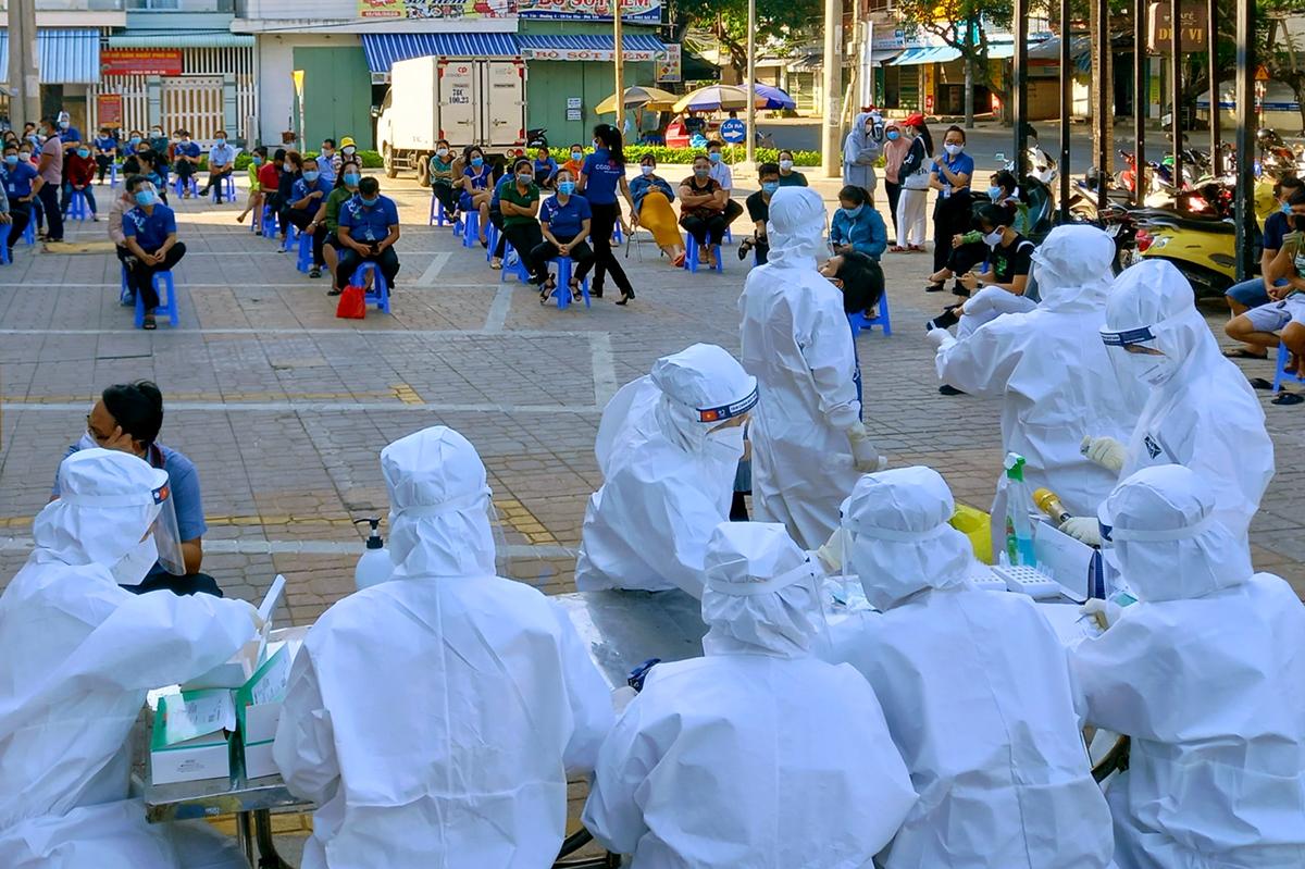 Ngành y tế lấy mẫu xét nghiệm Covid-19 tại TP Tuy Hòa, hồi tháng 7. Ảnh: Thiên Lý.