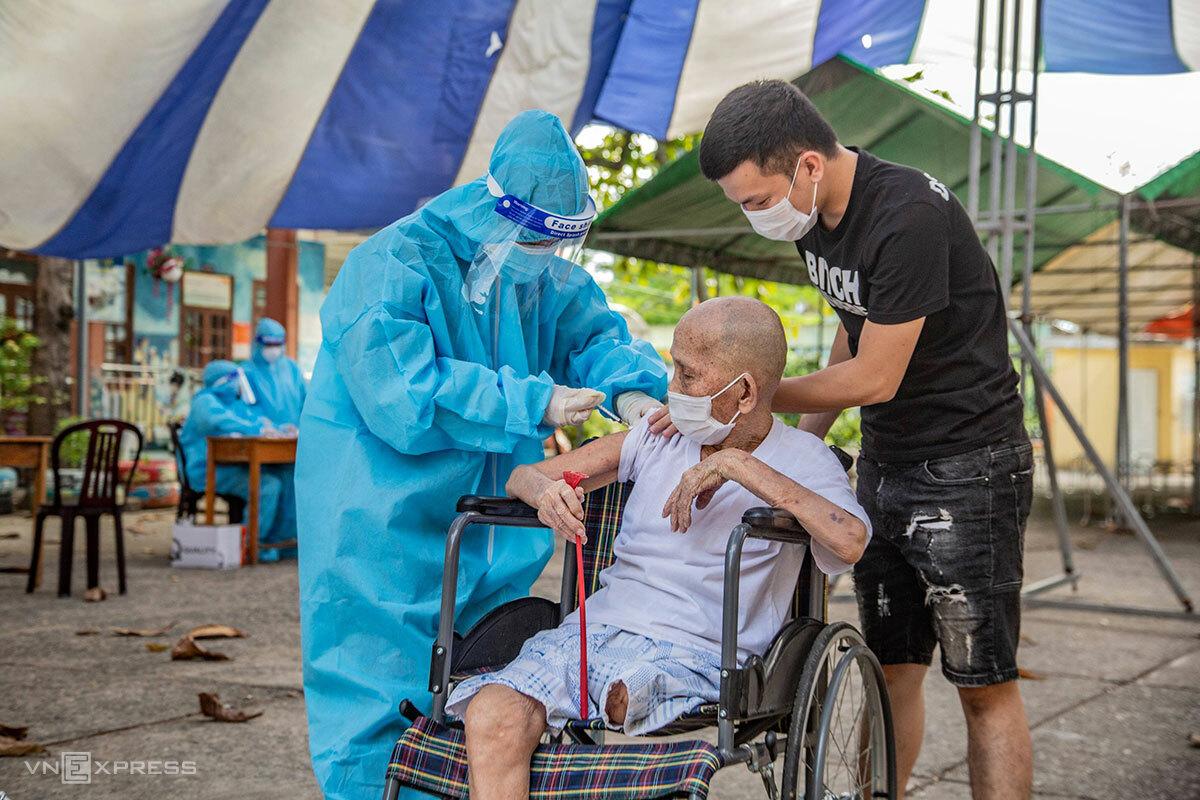 Người lớn tuổi ở khu vực đang phong toả ở phường Mân Thái (quận Sơn Trà), được tiêm vaccine, chiều 14/8. Ảnh: Nguyễn Quang.