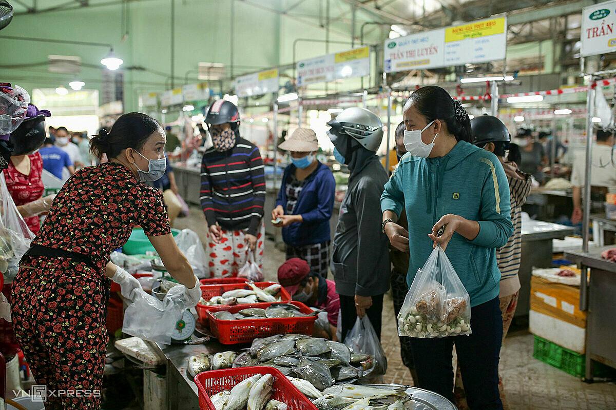 Người dân đến các chợ mua lương thực về dự trữ, ngày 13/8. Ảnh: Nguyễn Đông.