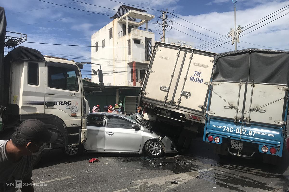 Chiếc xe Vios bị kẹp giữa 2 xe tải, hư hỏng nặng nhất. Ảnh: Hoàng Táo