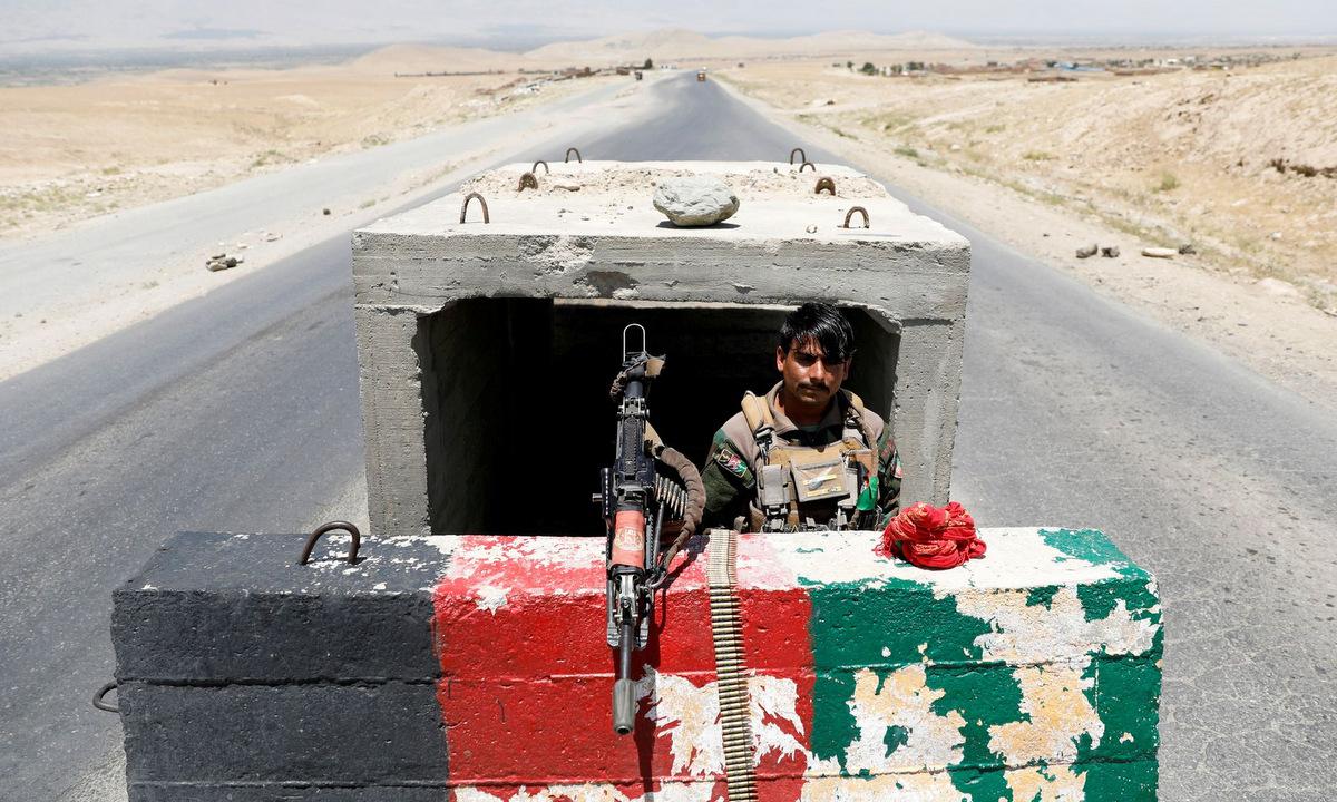 Lính Afghanistan tại một chốt kiểm soát gần sân bay Bagram hồi tháng 7. Ảnh: Reuters.
