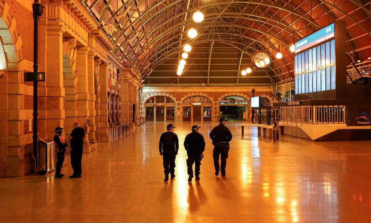 Cảnh sát tuần tra ga tàu ở trung tâm thành phố Sydney hôm 12/8. Ảnh: Reuters.